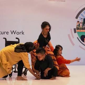 Pertunjukan tari inklusi oleh Nalitari